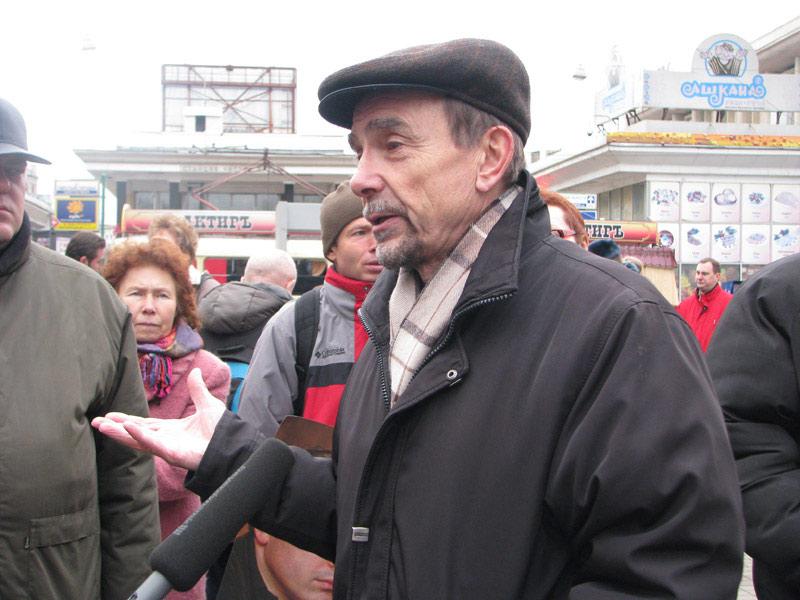 Лев Пономарев на пикете на Чистых прудах в Москве. 25 октября 2009 г. Фото Веры Васильевой, HRO.org